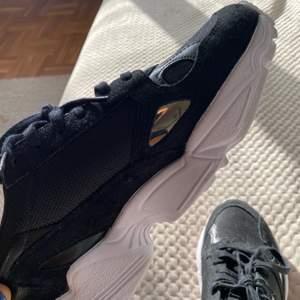 Svarta helt nya adidas falcon i storlek 38💓💓 säljer pga att dom inte är min stil, dom är aldrig använda o väntar bara på o användas<3 (Nypris: 999 kr)
