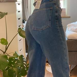 Skitsnygga HELT NYA jeans från NAKD! Endast testade men tyvärr lite för korta för mig som är 176. Passar perfekt från 170 oxh kortare🥰🙌🏼