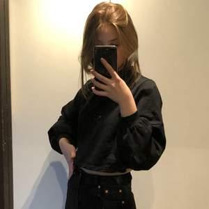 Säljer denna snygga croppade tröja. Högre i kragen och kort i modellen. Frakt: 44kr