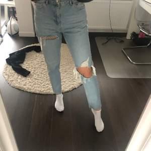 Blåa jeans från topshop, knappt använda, storlek w30/ l32, sitter som en S/M