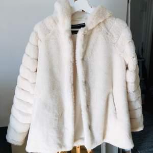 Använd fåtal gånger, vit, fluffig, stor luva Nypris:899