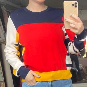 Superhärlig tröja från Tommy Hilfiger. Köpt på Tommy Hilfiger butiken i New York. Använd ca 5-6 gånger. Är i nyskick. Storlek M men passar även mindre och större🦋 skriv i dm vid intresse eller frågor💗💗