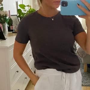 Säljer en snygg urtvättad grå T-shirt i storlek M!💕 möts helst upp i Stockholm, men kan även frakta!