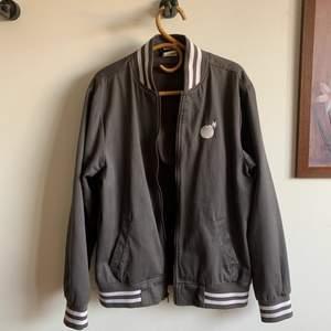 Supersnygg vintage jacka från The Hundreds. Inga flaws, fantastisk skick för att vara vintage! Perfekt till hösten!