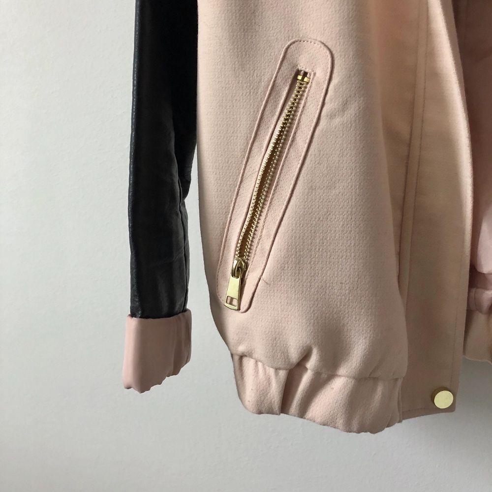 En supersnygg gammeldagsrosa jacka från H&M med gulddetaljer och fuskläder på ärmarna. Använd men hel och ren! Frakt på 63kr (spårbart) tillkommer om den ska skickas!. Jackor.