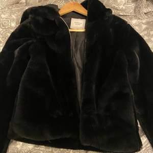 Säljer min pälsjacka då den aldrig kommit till användning. använt 2-3 ggr MAX. 100kr + 65kr frakt eller bud. köpt på nelly