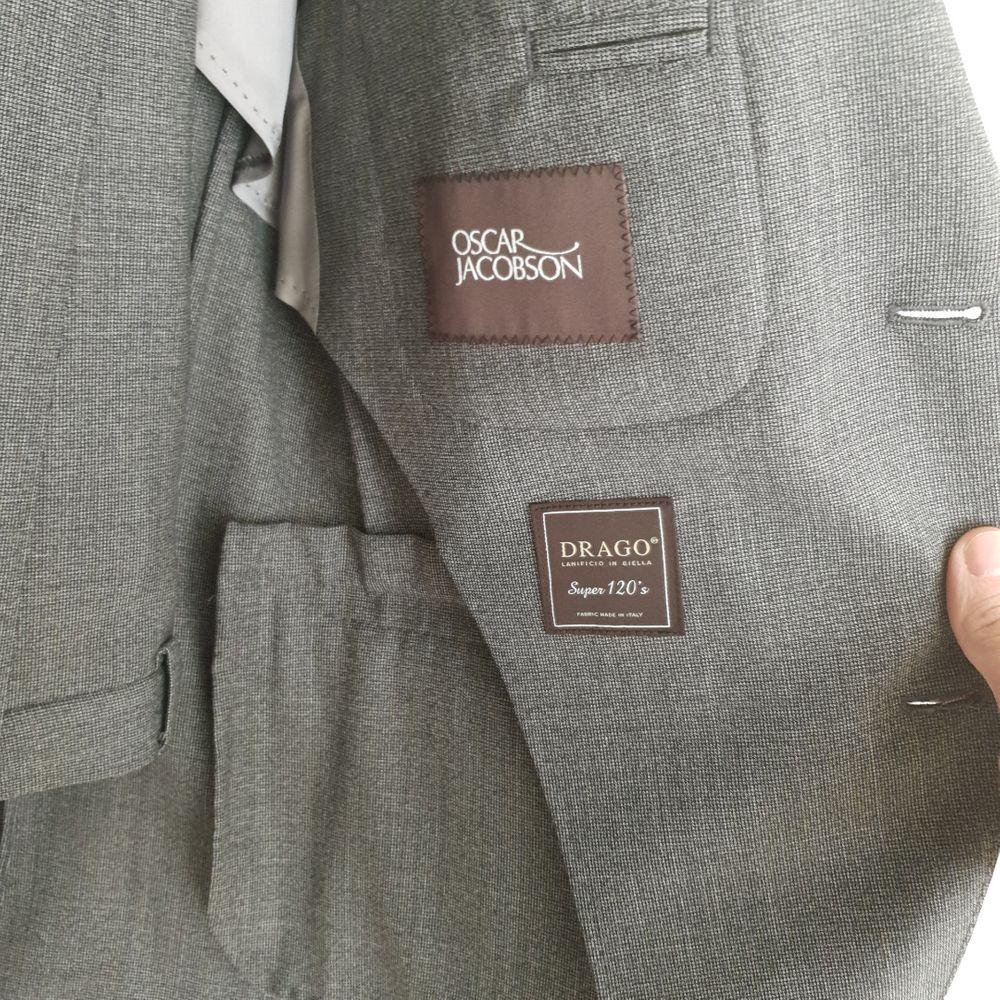 Oanvänd!  Oscar Jacobson, Egel suit, smått rutig, drago super 120's  Nypris 5500 storlek 48. Övrigt.