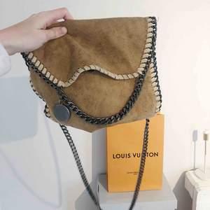 En fin väska som inte kommer till användning, färgen är riktigt ball! Kan även skicka mer bilder, det är bara att höra av sig.  Frakten är inkluderad i priset😊