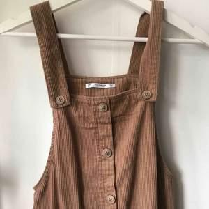 Supersöt klänning i manchestertyg från Pull & Bear! I superfint skick då den endast blivit använd 1-2 gånger. Fraktar mot porto 🌸
