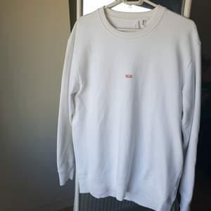 Sjukt clean vit helmut lang sweatshirt, självklart äkta och bara använd 1 gång.  Ordinarie pris 2300. Priset kan diskuteras om man är snabb. Fri frakt.