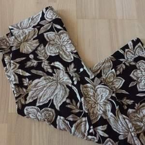 Tuff byxkjol med fint mönster och skönt material. Jätte fint skick.