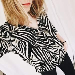 Blus från St.Tropez i zebramönster. Skönt material.   Möts i Stockholm eller frakt 39kr