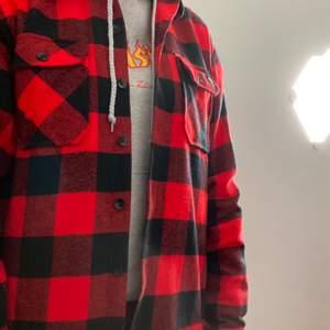 Säljer denna röda dickies skjortan i storlek M. Pris 350 exklusive frakt på 66kr, nypris 650kr. Men jag kan mötas upp i Stockholm.