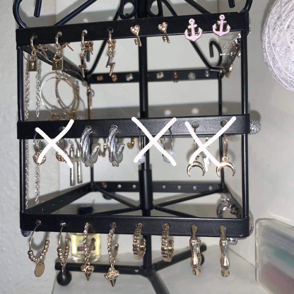 översta raden - 15kr/st  mellersta och nedersta raden - 25kr/st frakt tillkommer på 11kr🍬. Accessoarer.