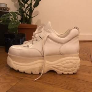 Super snygga vita platå sneakers ✨ Köpta för ca två år sedan men sparsamt använda! Pris kan diskuteras