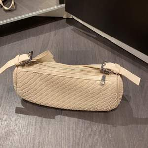 Beige baguette bag från GinaTricot. Köpte nyligen och använd max 5 gånger. Använder inte längre därför jag säljer vidare.