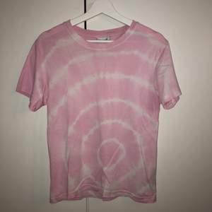 Weekday T-shirt köpt i Stockholm förra sommaren som inte har kommit till användning. Därför har den inga hål eller fläckar så i väldigt bra skick.  Skickas med spårbar frakt!🥰