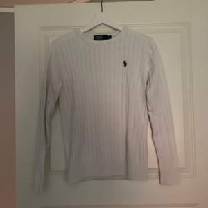 Säljer denna kabelstickade tröjan från Ralph Lauren. Pris: 120kr inkl frakt 🦋