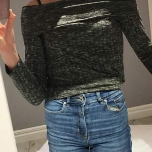 En grå of shoulder tröja (skulle säga att det är en blandning mellan ljus grå, mörk grå och vit) säljer den för att den inte kommer till användning💞köparen står för frakt🥰