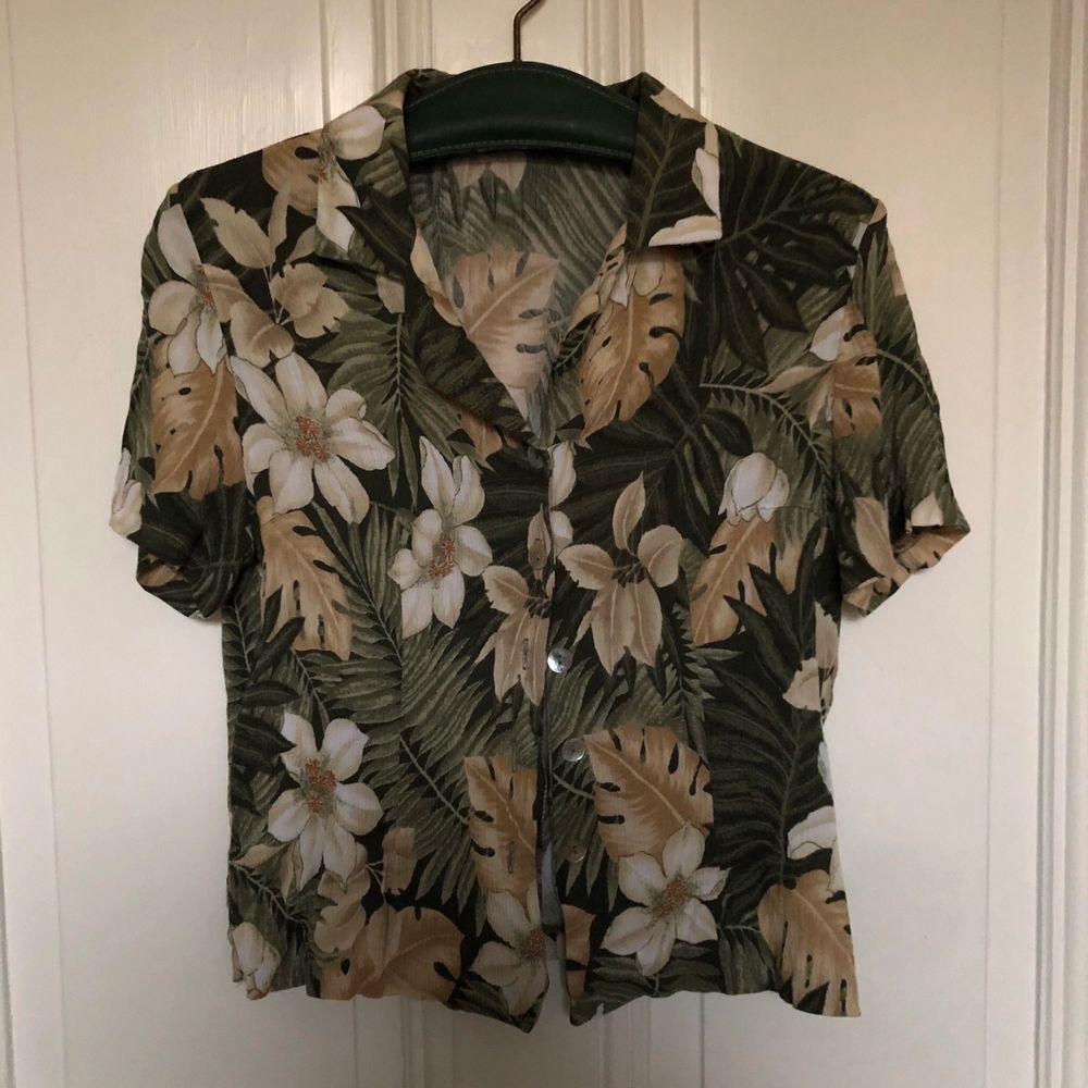 Härlig grön hawaiiskjorta för alla pappor köpt från beyond retro, är i bra skick och bekväm. Köparen står för frakten. Skjortor.