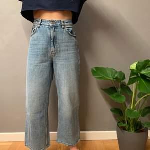 Mozik jeans från monki i storlek 28. De är i bra skick och med vida lite kortare ben. Frakt ingår i priset.
