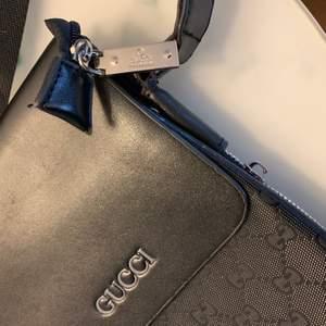 Säljer min helt nya kopia från Gucci. Den har äkta mjukt fint läder. Känns och det precis ut som en äkta. Midjeväska.