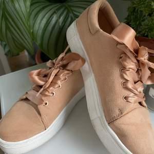 100kr inklusive frakt!! Laxfärgade skor som jag köpt på ivyrevel. Dom är använda 2/3 gånger men ser nya ut! Tips tips för att pigga upp en tråkig outfit👛👙🌸