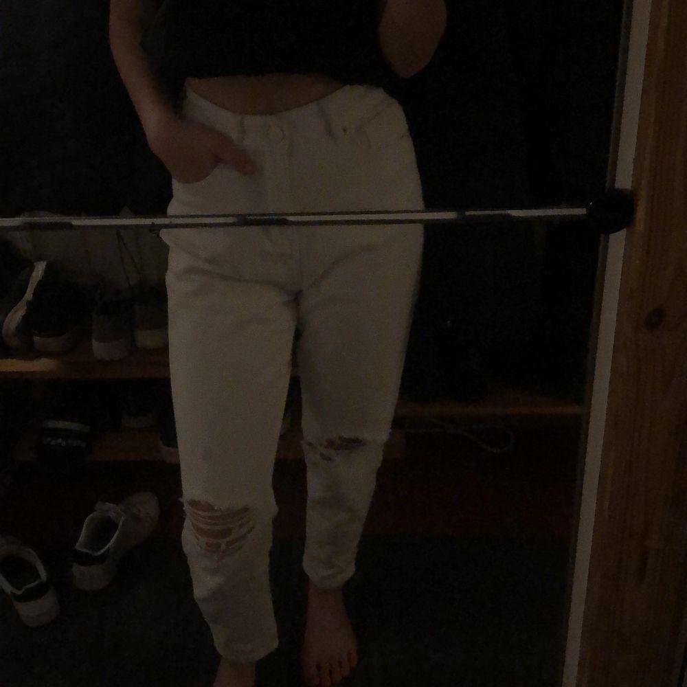 Snygga vita jeans från boohoo i storlek 36. Sälg pga att jag inte använder dom. Jeans & Byxor.