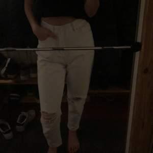 Snygga vita jeans från boohoo i storlek 36. Sälg pga att jag inte använder dom