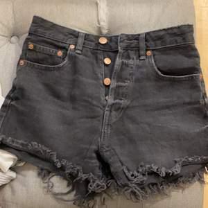 Fina grå/svarta shorts med rosé detaljer ( högmidjade)