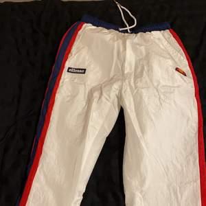 Helt oanvända ellesse byxor med olika färger och högmidjad.