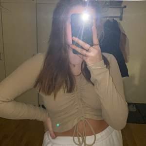 Jättefin beige tröja från GinaTricot med snörning i fram. Jätteskön och fin till ljusa byxor. Använd en gång! Säljes pga dålig användning. Frakt tillkommer 🤍