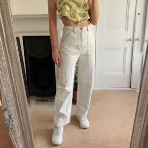 """Säljer mina trusty favorit jeans pga för små! Är lite """"cargo work jeans"""" stil i beige, skitsnygga med snygga fickor!! Frakt ligger på ca 65kr. (Första två bilderna är lånade!)"""