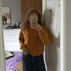 Kjol från Gina i storlek 34 och tröja från monki i storlek s.  Tröja: 90kr.  Kjol: 90kr.  Tsm: 150kr