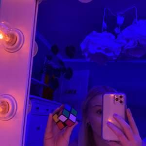 Rubikskub 2x2 fungerar jättebra, säljer eftersom jag aldrig använder den. Kan frakta men då kostar den lika mycket som frakten om du inte köper mer av mig 🥺🥰