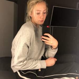En grå sweatshirt från weekday i bra skick som inte används av mej. Normal i storleken. Köpt på weekdays hemsida för ungefär ett halvår sedan. Inga hål eller fläckar 🥰