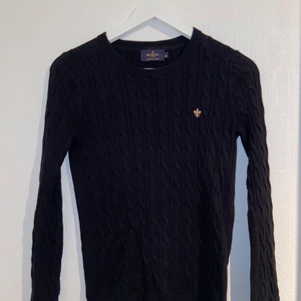 Härlig tröja från morris i storlek XS. Sparsamt använd och i bra skick. Färg:svart med guldigt märke. Stickat.