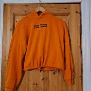 Fin neon-orange hoodie från h&m, storlek S, knyts åt i midjan. Medemtjock, i väldigt behagligt material. Knappt använd då neon är lite out of my comfort zone.