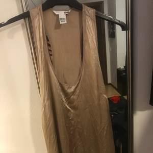 Guldigt linne ifrån HM. Aldrig använd.
