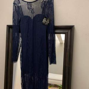 Marinblå spetsklänning från Nelly Trend. Aldrig använd. Djup rygg. Strlk 34. Köparen står för frakt 🚚 alt möts i Uppsala. 💸swish