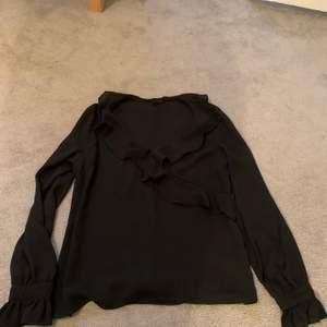 Fin svart blus från Gina. Knappt använd. Köparen står själv för frakt!