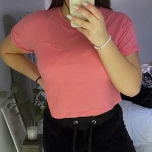 En gullig rosa topp, med ficka på bröstet  Använd ett fåtal gånger