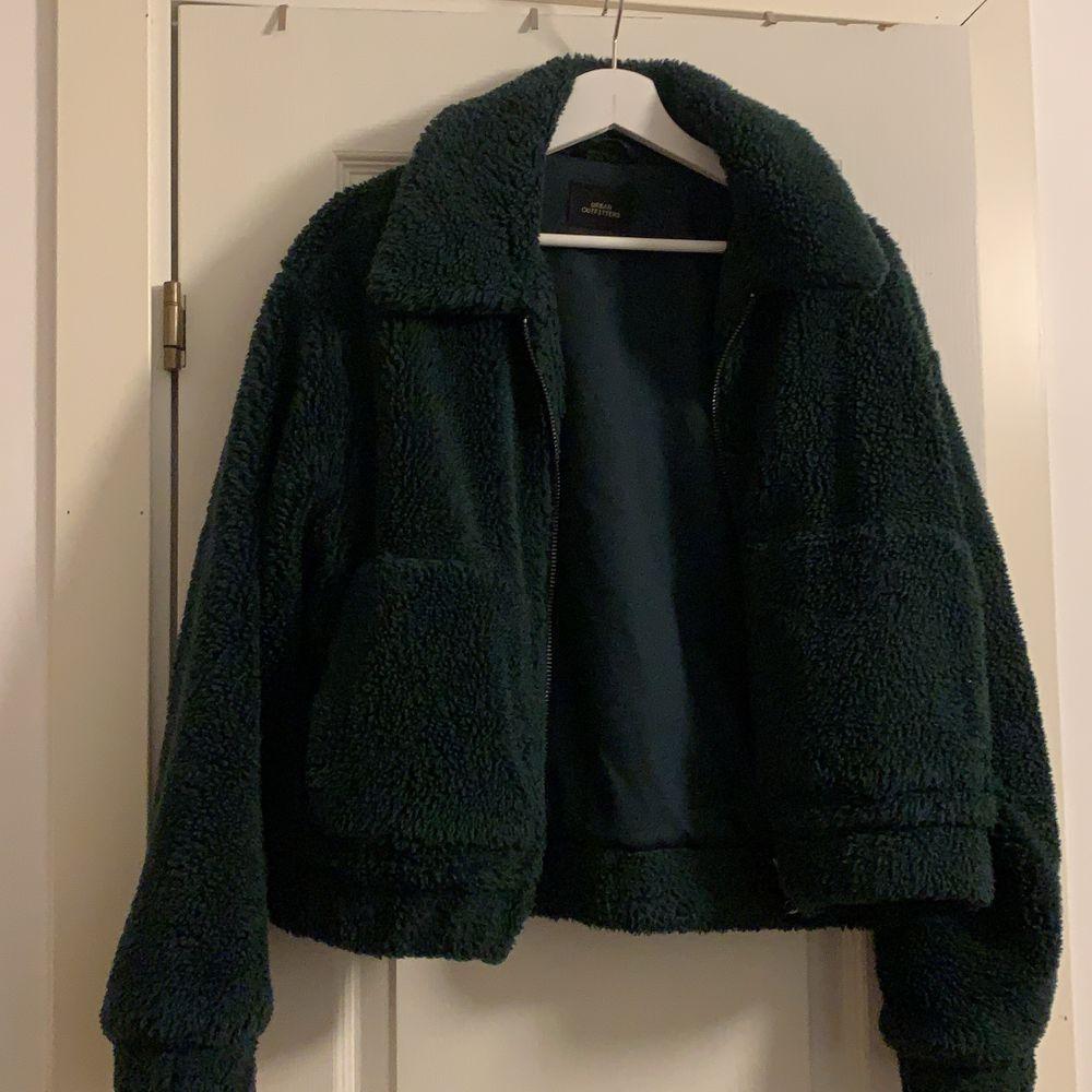 En Teddy jacka i grönfärg, jackan är i ett bra skick. Jackan är lite större i storleken så funkar som en M också. . Jackor.