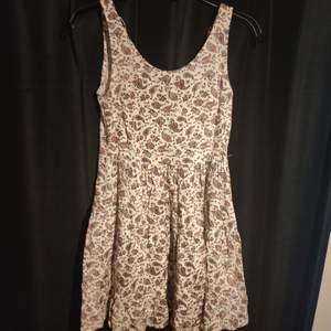 En till H&M klänning med hipster mönster