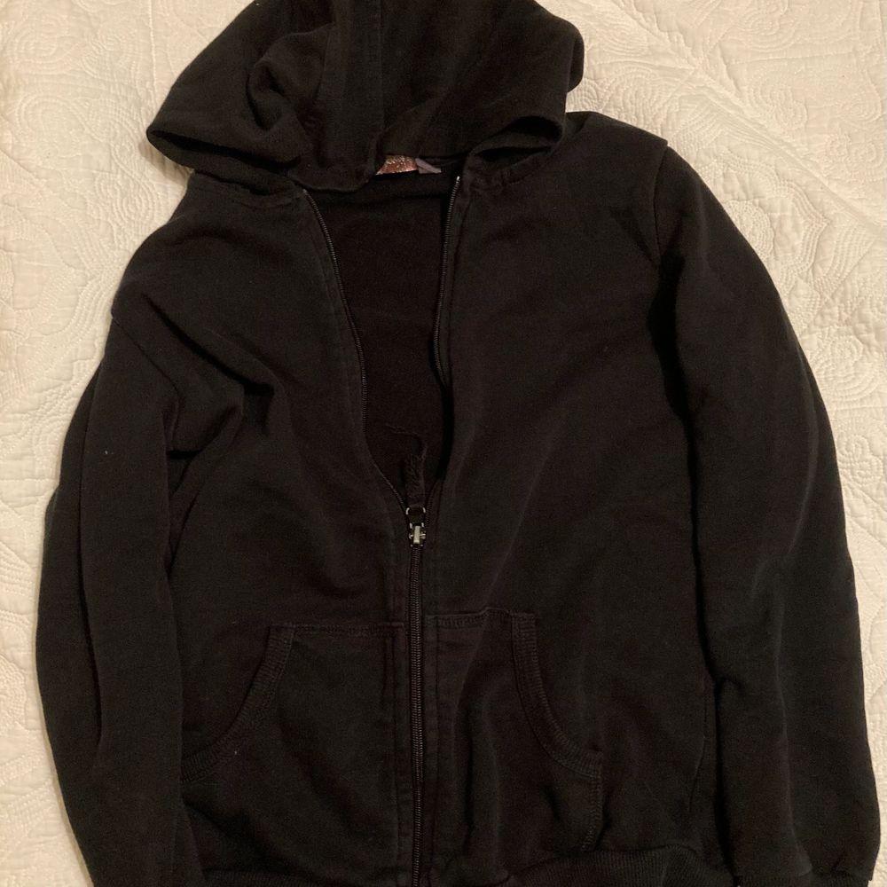 En skitsnygg och skitskön svart hoodie i svart färg är lite tajt på kroppen men kan kombineras med många fina färgglada toppar. Huvtröjor & Träningströjor.