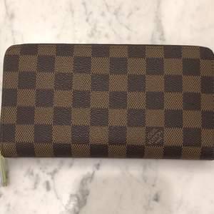 En jätte fin ❗️fake❗️Louis vuitton plånbok som aldrig är använd🤎.  Den har en stämpel på insidan och den har fortfarande plasten kvar på dragkedjan🖤. Köparen står för frakten. Buda priv💗