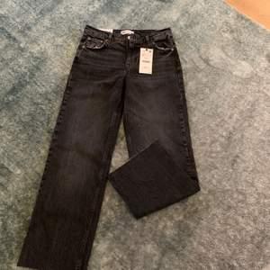 Säljer ett par helt nya jeans från zara, full length straight i en så snygg färg! Har klippt av dem lite för de var för långa men passar mig som är ca 165 cm lång! Storlek 38 men passar även 36, då jag oftast själv har storlek 36!