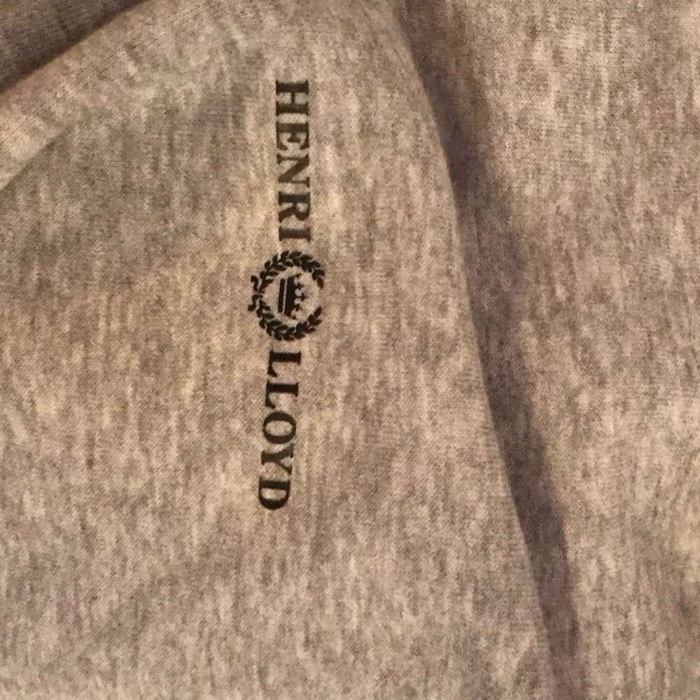 Hej tänkte sälja denna tröja med dragkedja, den är använd några gånger, men fortfarande toppskick, skriv om ni vill ha mer information, kan mötas upp i östersund, annars står köparen för frakten🌸. Huvtröjor & Träningströjor.