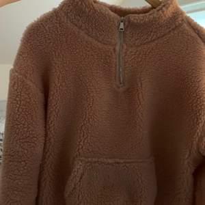 Hej💞 Säljer denna super varma och sköna Teddy jackan/Zipup. Som är mycket varm. Den är i storlek L eftersom jag gillar oversized, men passar M och S utmärkt om man gillar oversized! Köpt på JC jeans Company och har kanske andvänt den ca 3 gånger!!!