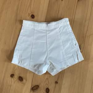 Väldigt fina vita shorts från hm. Höga i midjan och sitter fint!